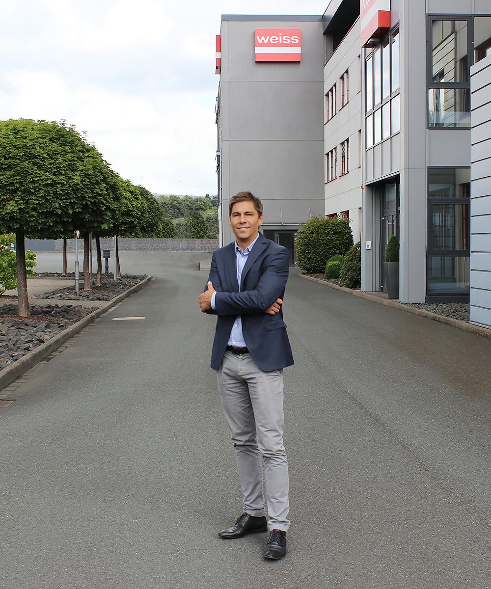Björn Weiershausen, Leitung Marketing, steht  vor Firmengebäude | Erfahrungsbericht und Bewertung von Weiss