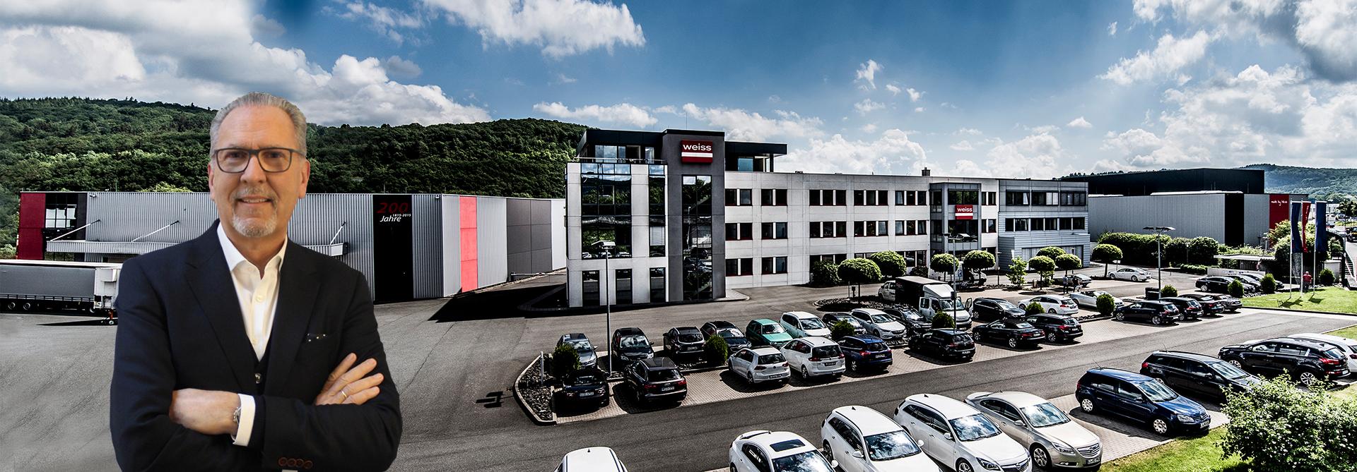 Geschäftsführer Jürgen Grimm vor Firmengelände von Weiss Chemie + Technik in Haiger