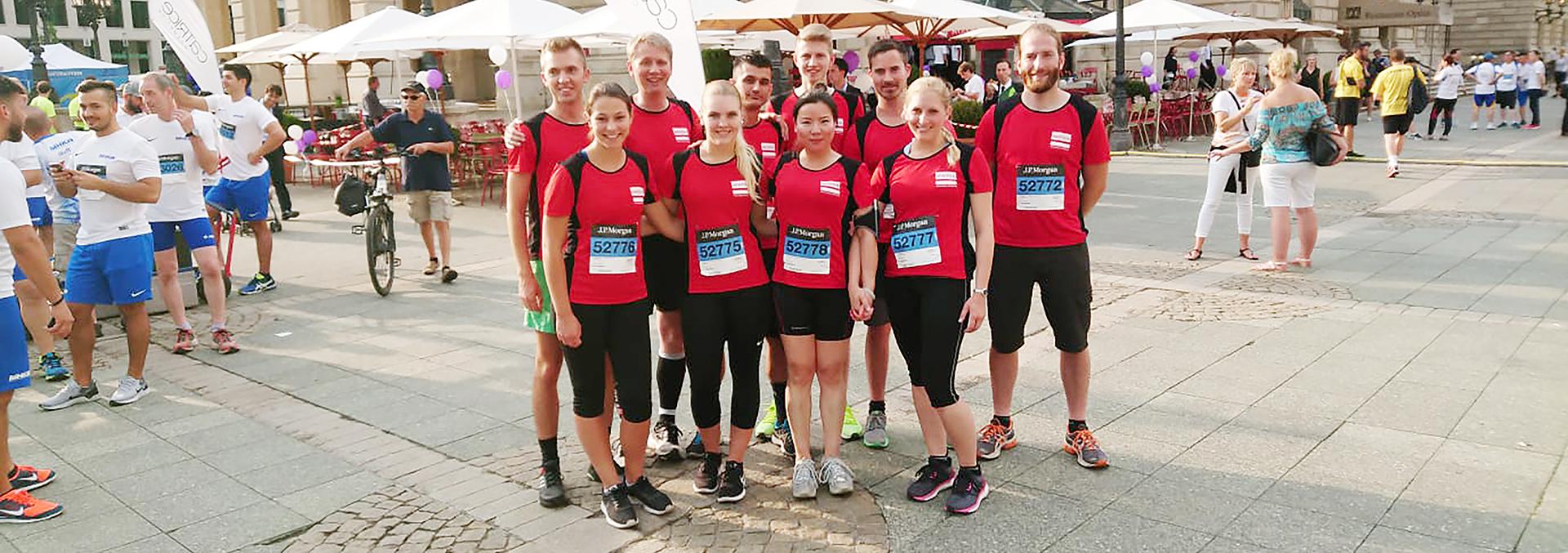 Laufmannschaft steht in roten Trikots vor Paulskirche in Frankfurt