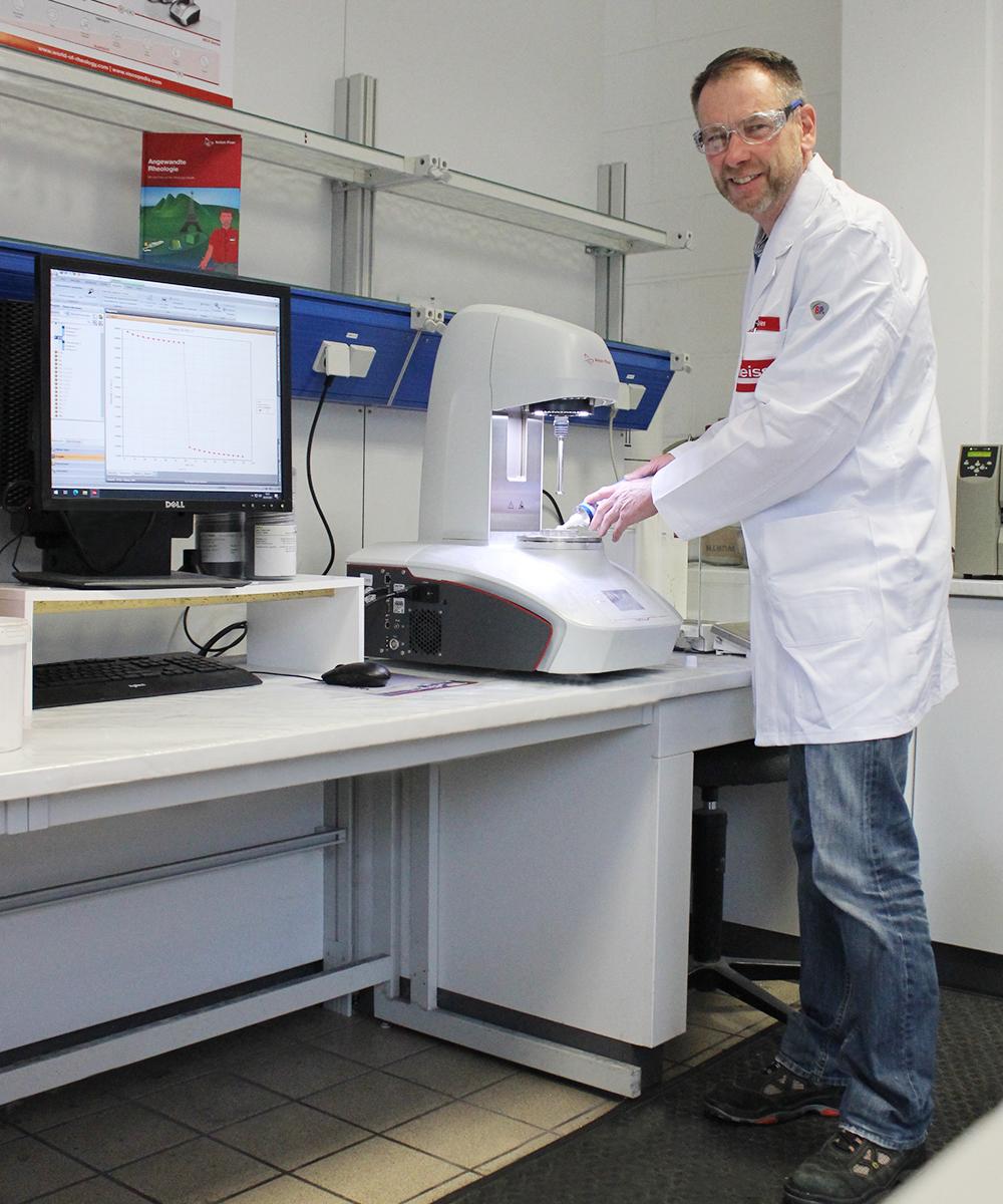 Matthias Gries, Mitarbeiter F&E bei der Arbeit im Labor | Erfahrungsbericht und Bewertung von Weiss