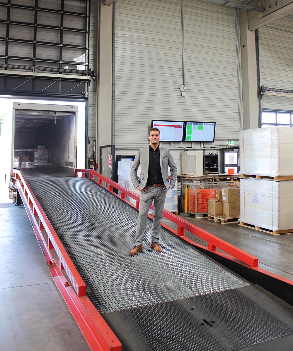 Simon Zemella, Leitung Logistik, steht auf Laderampe | Erfahrungsbericht und Bewertung von Weiss