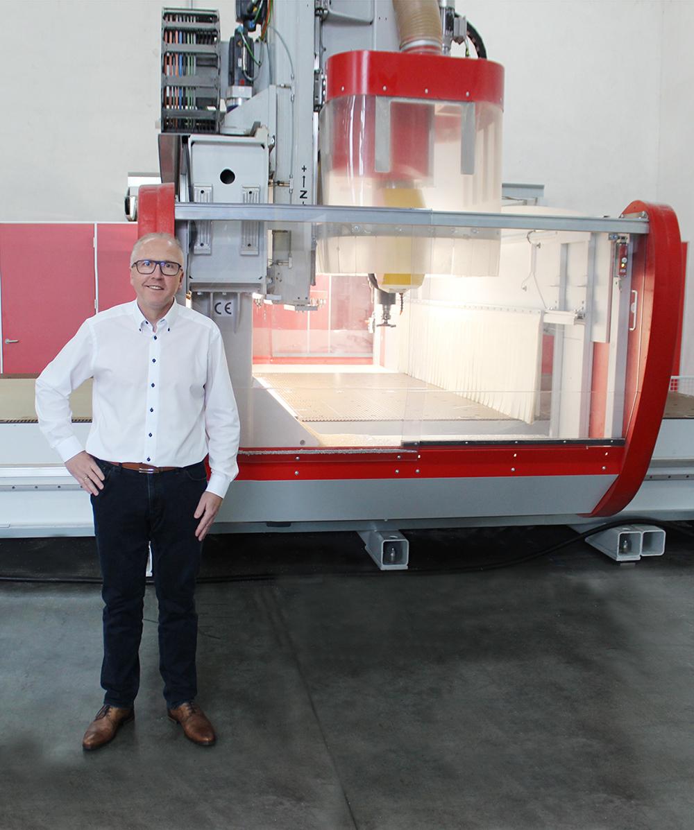 Torsten Kerstein, technischer Leiter, steht vor CNC Fräsmaschine in Produktionshalle | Erfahrungsbericht und Bewertung von Weiss