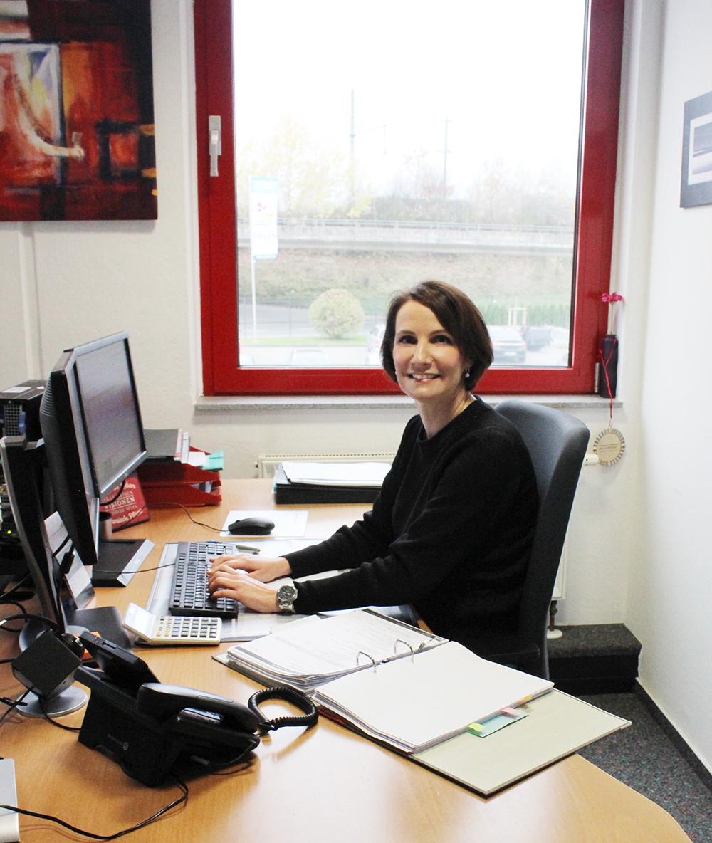 Juliane Schilp, Vertriebsinnendienstmitarbeiterin bei der Arbeit | Erfahrungsbericht und Bewertung von Weiss