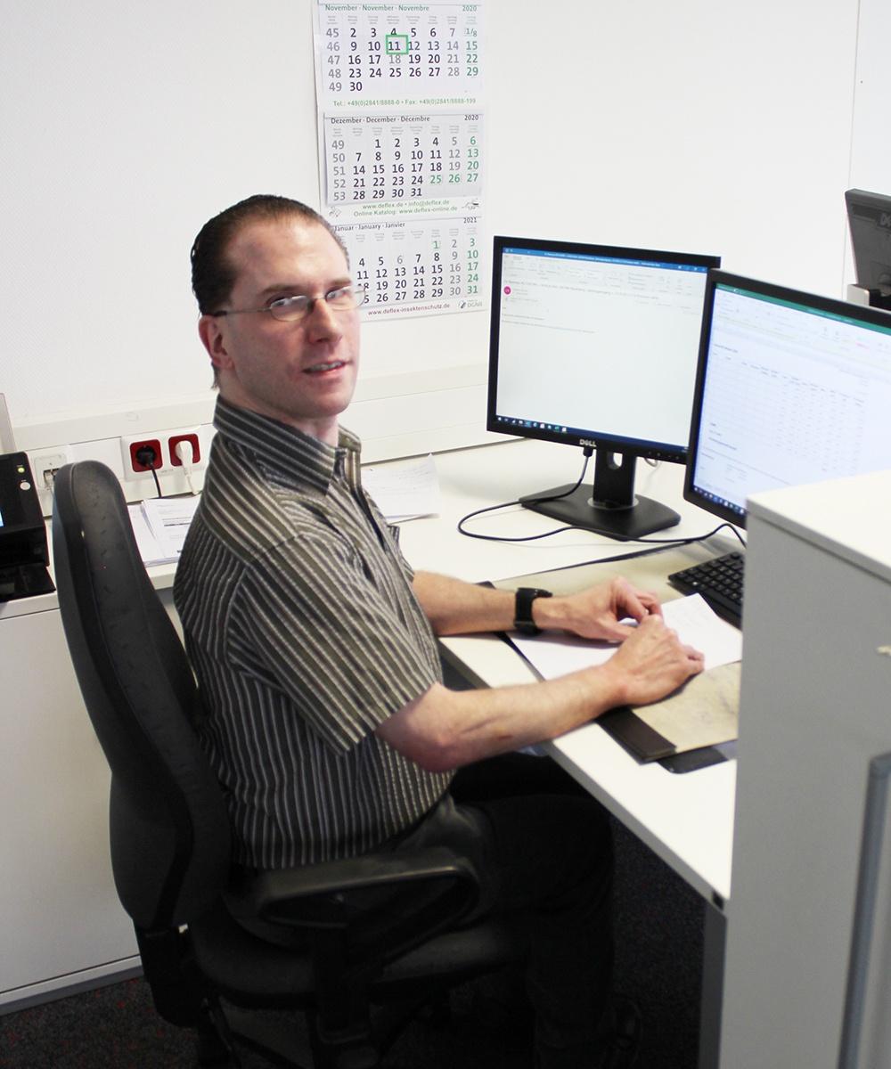 Sascha Peter, Vertriebsinnendienstmitarbeiter bei der Arbeit | Erfahrungsbericht und Bewertung von Weiss